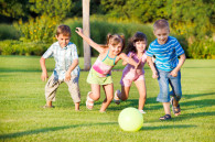 kinderen naar een bungalowpark