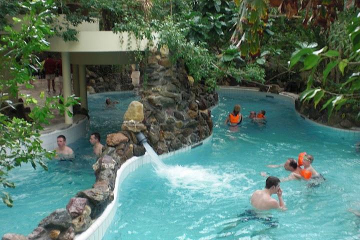 zwembad apeldoorn met glijbanen binnen